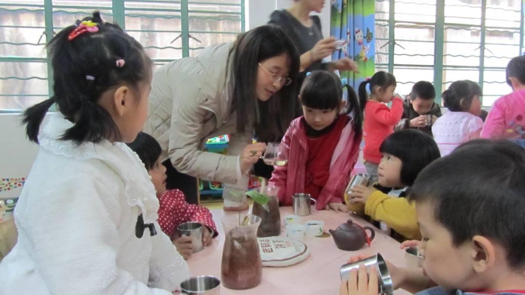 09茶学党支部志愿到幼儿园宣传茶知识